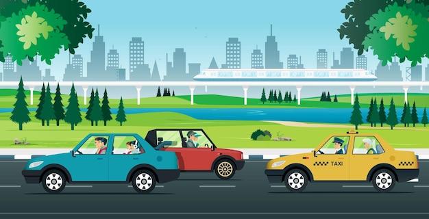 Tráfico de vehículos urbanos con un tren eléctrico que atraviesa un parque