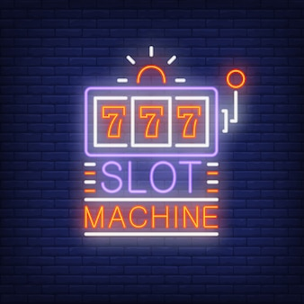 Tragamonedas coloridos letrero de neón. forma de la máquina con triple siete en el fondo de la pared de ladrillo