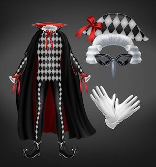 Traje de arlequín con capa, peluca almidonada, máscara y guantes blancos aislados sobre fondo negro.