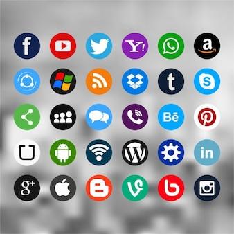 Treinta útiles iconos para redes sociales sobre un fondo borroso