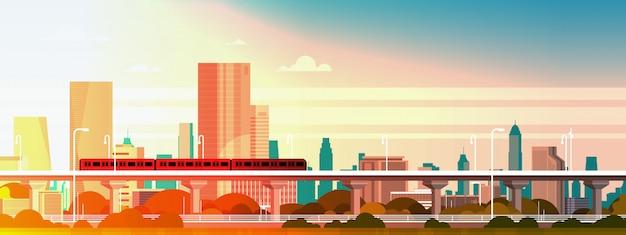Tren subterráneo sobre puesta de sol en panorama de ciudad moderna con rascacielos altos, ilustración de paisaje urbano