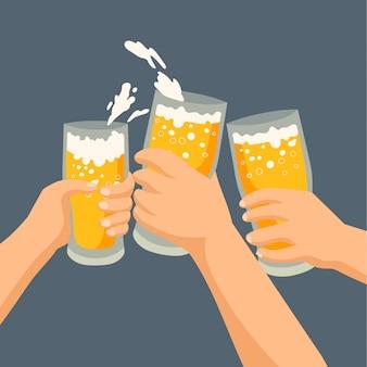 Tres amigos bebiendo cervezas
