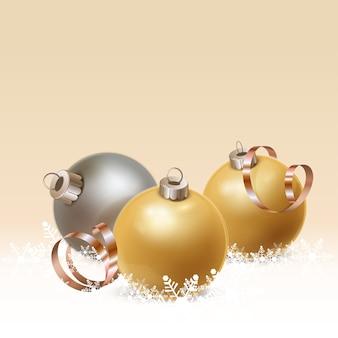 Tres bolas navideñas con cinta dorada y copos de nieve.