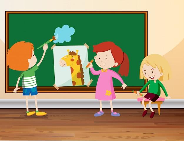 Tres estudiantes dibujando en la pizarra