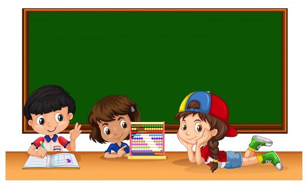 Tres estudiantes que estudian en el aula