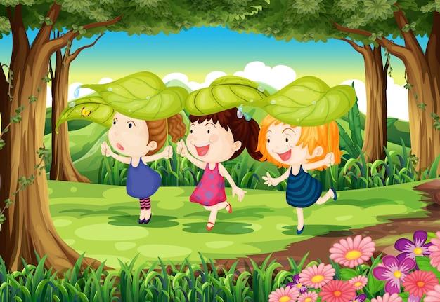 Tres niños juguetones en el bosque