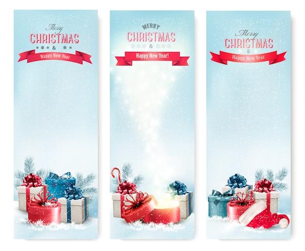 Tres pancartas navideñas con regalos.