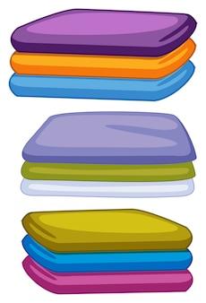 Tres pilas de toallas en diferentes colores.
