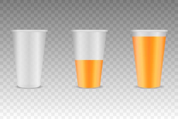 Tres vasos de plástico transparente con jugo de naranja