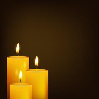 Tres velas y fondo oscuro