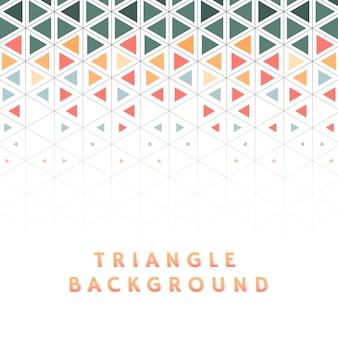 Triángulo colorido estampado sobre fondo blanco