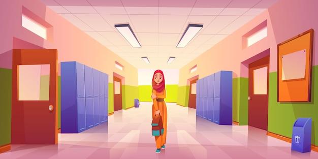 Triste niña musulmana solitaria en el pasillo de la escuela