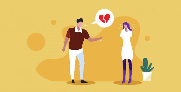 Triste novio gritando a novia burbuja de chat con ruptura de corazón roto terminó concepto de divorcio de relación