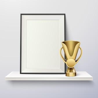 Trofeo y marco de fotos en un estante.