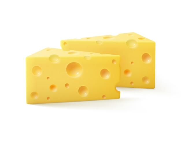 Trozos triangulares de queso suizo cerca aislado sobre fondo blanco.