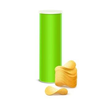 Tubo contenedor de caja de hojalata verde claro para paquete con pila de patatas fritas crujientes de cerca sobre fondo blanco.