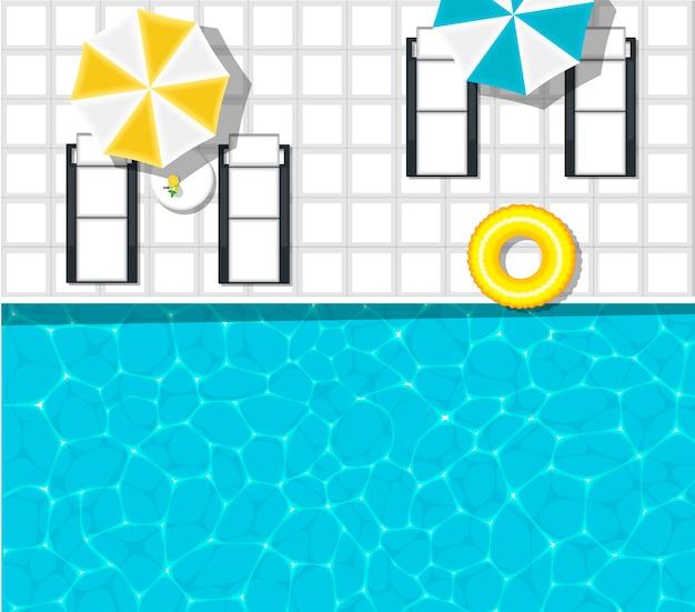 Tumbonas de playa cerca de la refrescante piscina azul