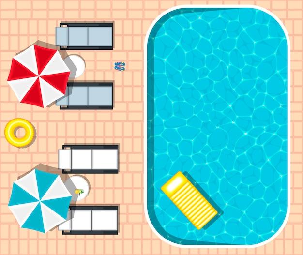 Tumbonas de playa cerca de la refrescante piscina