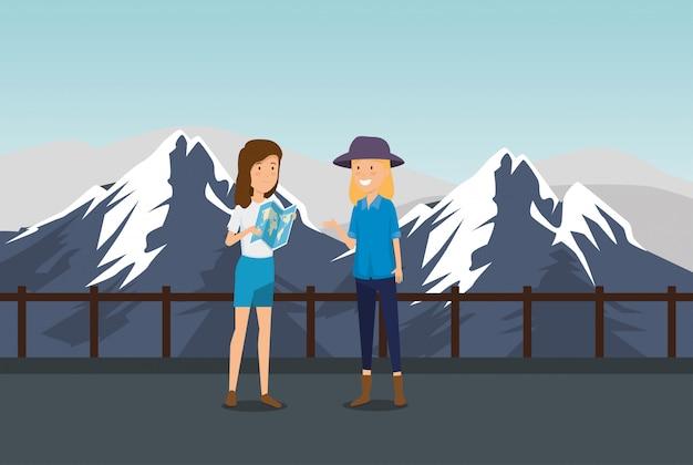 Turista femenino con mapa global en las montañas nevadas