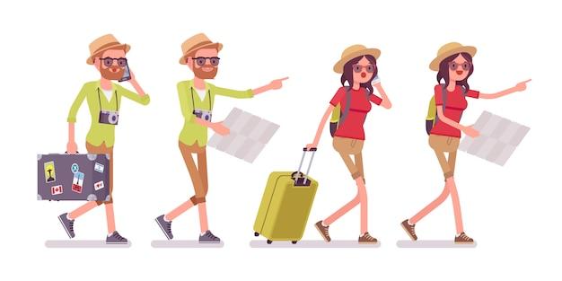 Turista hombre y mujer caminando con mapa