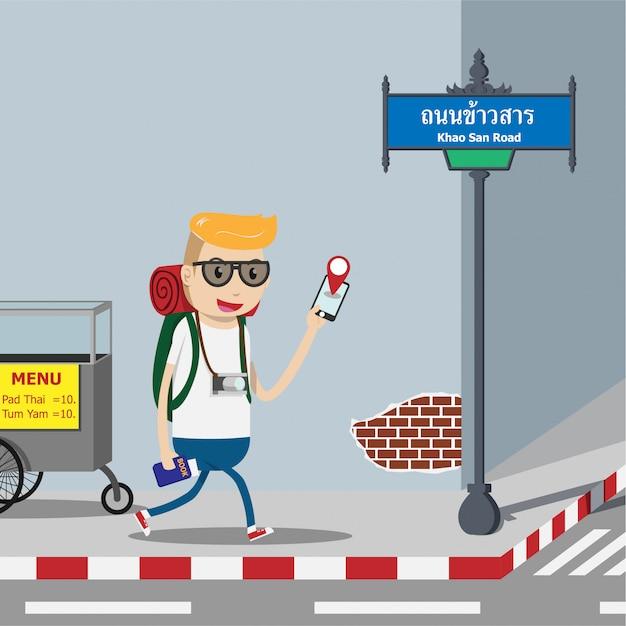 Turista mochilero utilizando la aplicación móvil de mapas de navegación en teléfonos inteligentes