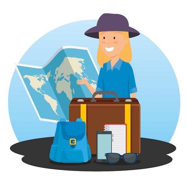 Turista mujer con mapa global y mochila