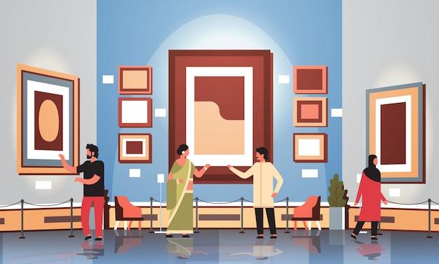 Turistas espectadores en el interior del museo de la galería de arte moderno mirando creativas pinturas contemporáneas obras de arte o exhibe ilustración vectorial plana