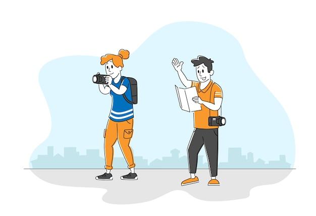 Turistas hombre y mujer mochileros mapa de aprendizaje decidir qué camino elegir
