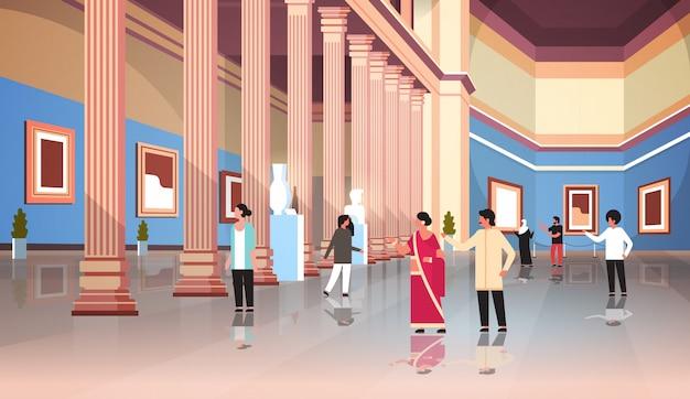 Los turistas visitantes en el clásico museo histórico sala de la galería de arte con columnas interiores mirando antiguas exhibiciones y esculturas colección plana horizontal