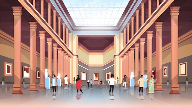 Los turistas visitantes en la sala de la galería de arte del museo histórico clásico con columnas y techo de cristal interior mirando antiguas exhibiciones y esculturas colección plana horizontal