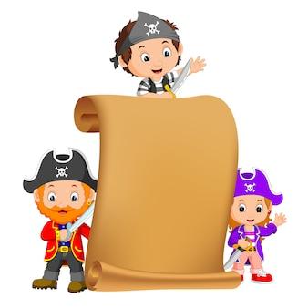 Un mapa del tesoro y tres piratas