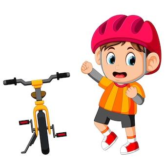 Un niño posando con una bicicleta