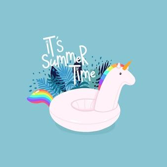 Unicornio inflable rodeado de hojas tropicales con letras es el horario de verano en el fondo azul