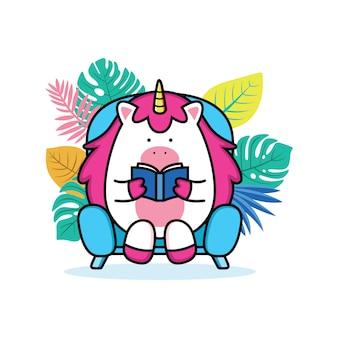 Unicornio leyendo un libro en el sofá