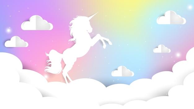 Unicornio papel cortado en el cielo pastel