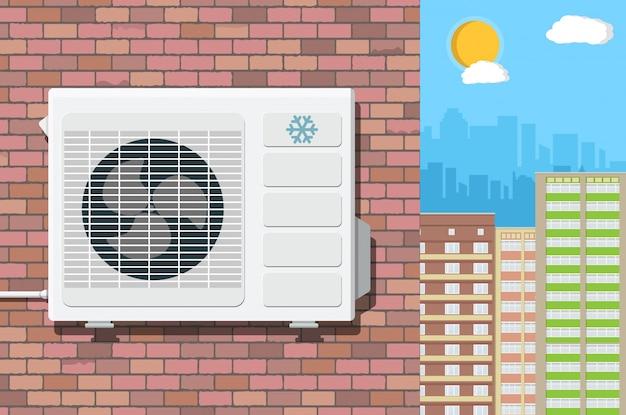 Unidad de aire acondicionado en la pared del edificio de ladrillo