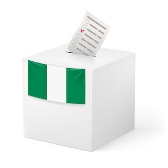 Urna con papeleta de votación. nigeria