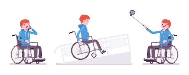 Usuario masculino joven en silla de ruedas con teléfono, cámara autofoto, en rampa