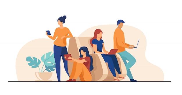 Los usuarios de dispositivos digitales pasan tiempo juntos
