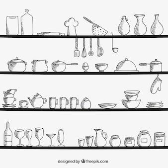 Utensilios de cocina en los estantes
