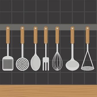 Los utensilios de cocina pesan en la pared de la cocina.
