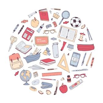 Útiles escolares dispuestos en círculo. composición redonda con papelería para educación aislado sobre fondo blanco.