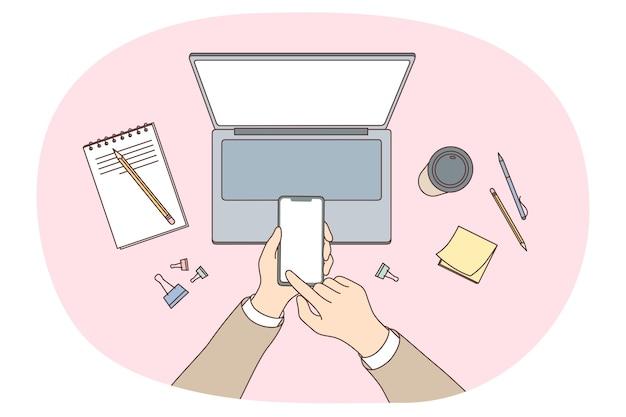 Utilizando el concepto de electrónica, comunicación online y gadgets. manos de trabajadores escribiendo textos haciendo