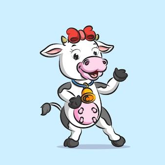 Vaca divertida con cinta roja sosteniendo campana dorada