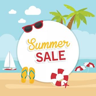 En vacaciones de verano, etiqueta o etiqueta con texto de venta de verano en la playa