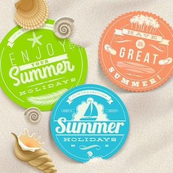 Vacaciones de verano y etiquetas de viaje y conchas de mar en la arena de una playa - ilustración