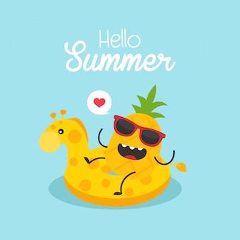 En vacaciones de verano, jirafa inflable con una piña en una piscina.