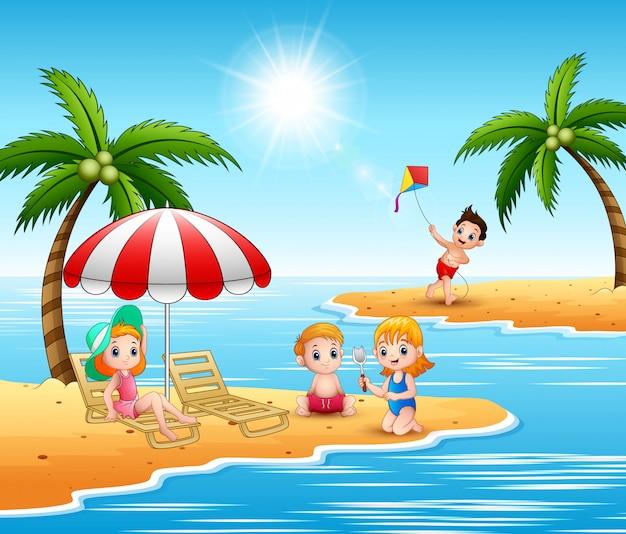 Vacaciones de verano niños en la playa.
