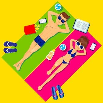 # vacaciones de verano pareja joven tomando el sol y relajándose