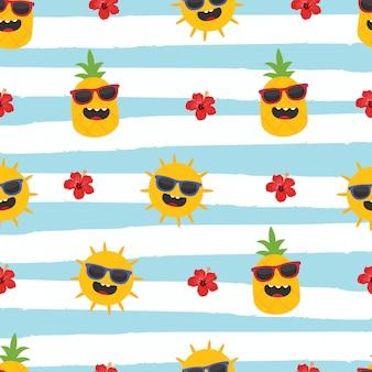 En vacaciones de verano, piña, sol e hibisco sobre fondo de rayas.